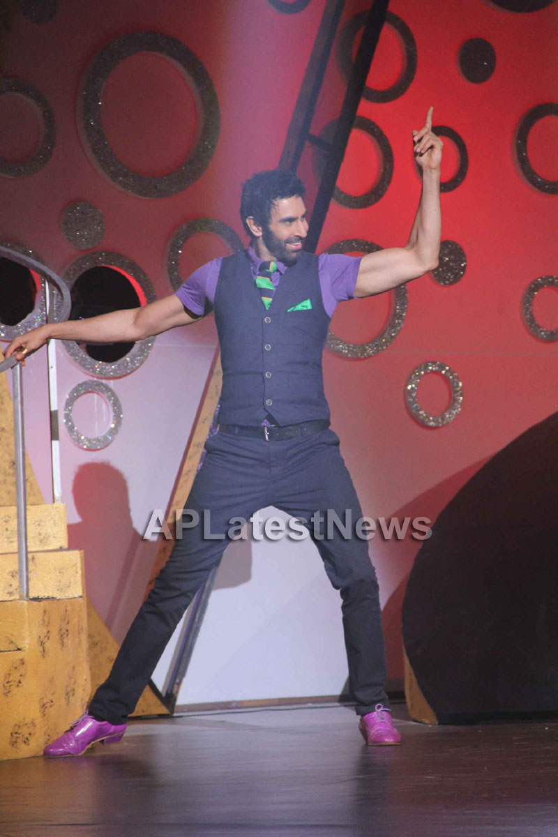 Sandip Soparrkars choreography steals the limelight at Bharat ki Shaan - Rum Jhum - Picture 5