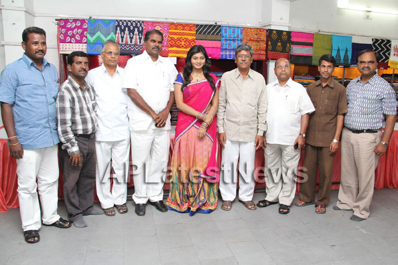 Artisans showcase their work at Pochampally IKAT Art Mela - Actress Sowmya, Secunderabad - Picture 20