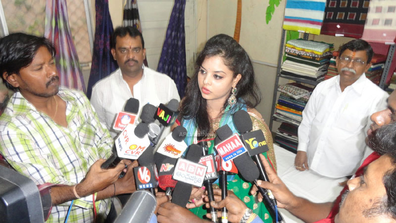 Pochampally Ikat art mela in Vizag city - Inaugurated by Tollywood Actress Varsha  - Picture 7