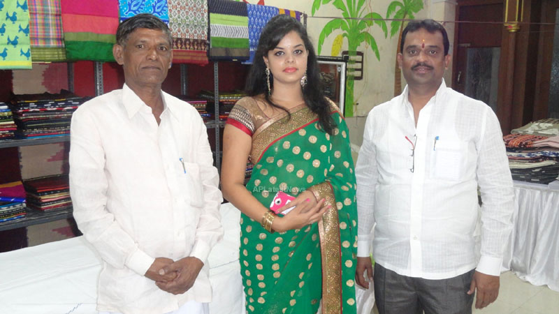 Pochampally Ikat art mela in Vizag city - Inaugurated by Tollywood Actress Varsha  - Picture 4