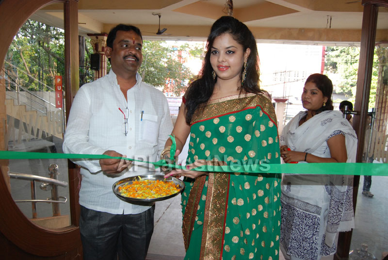 Pochampally Ikat art mela in Vizag city - Inaugurated by Tollywood Actress Varsha  - Picture 10