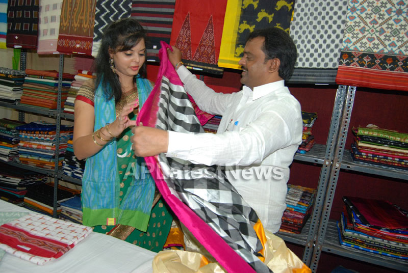 Pochampally Ikat art mela in Vizag city - Inaugurated by Tollywood Actress Varsha  - Picture 9