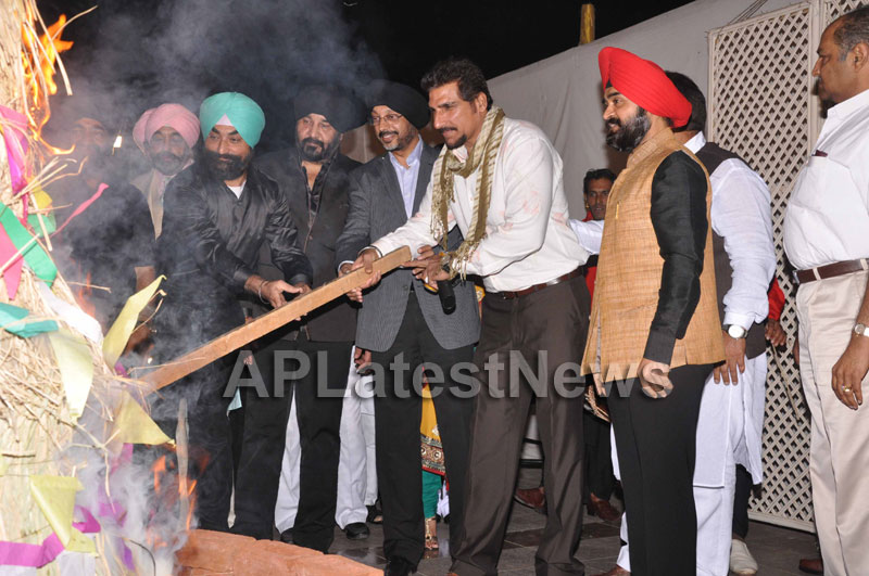 Bollywood Celebrating Lohri Di Raat in Mumbai - Picture 13