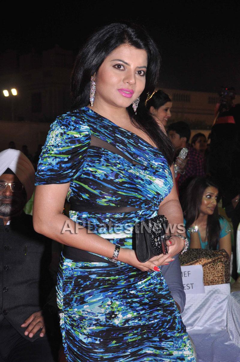 Bollywood Celebrating Lohri Di Raat in Mumbai - Picture 10