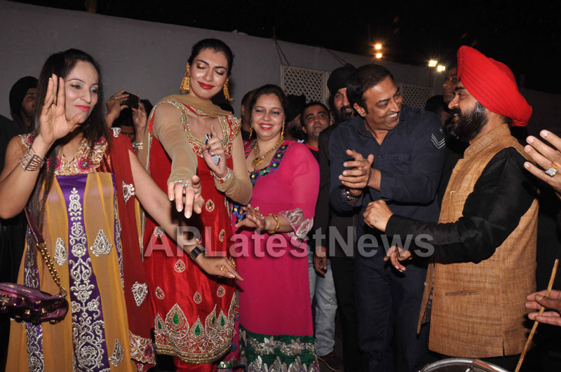 Bollywood Celebrating Lohri Di Raat in Mumbai - Picture 19