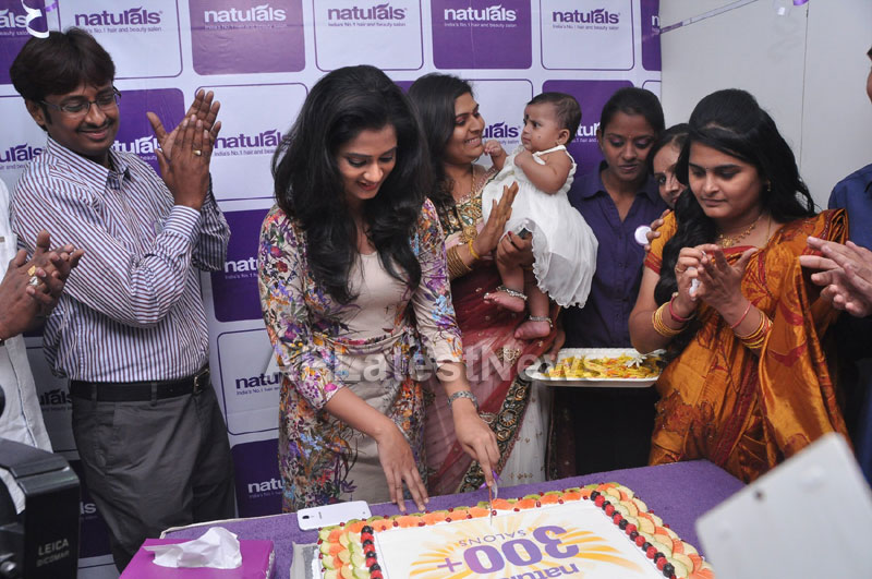 Naturals Launches Family Salon at Ameerpet - By Tollywood Actress Nanditha - Picture 7