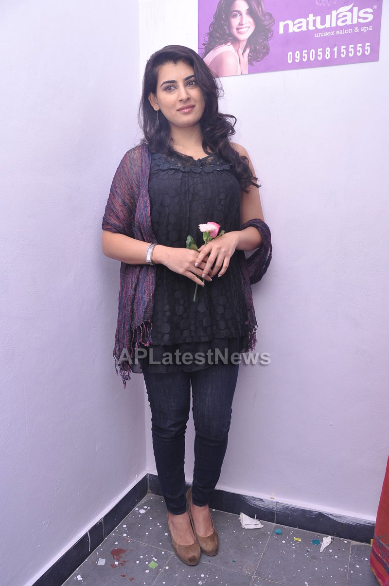 Naturals Launches Family Salon at Vanasthalipuram(Actress Archana Veda) - Picture 14