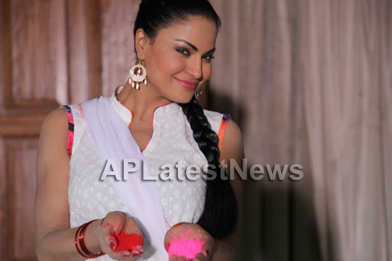 Veena Malik in the colour of Holi - Picture 10