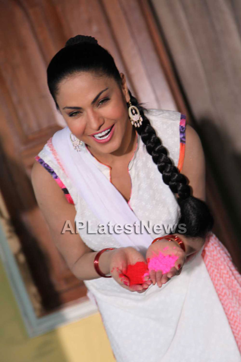 Veena Malik in the colour of Holi - Picture 26