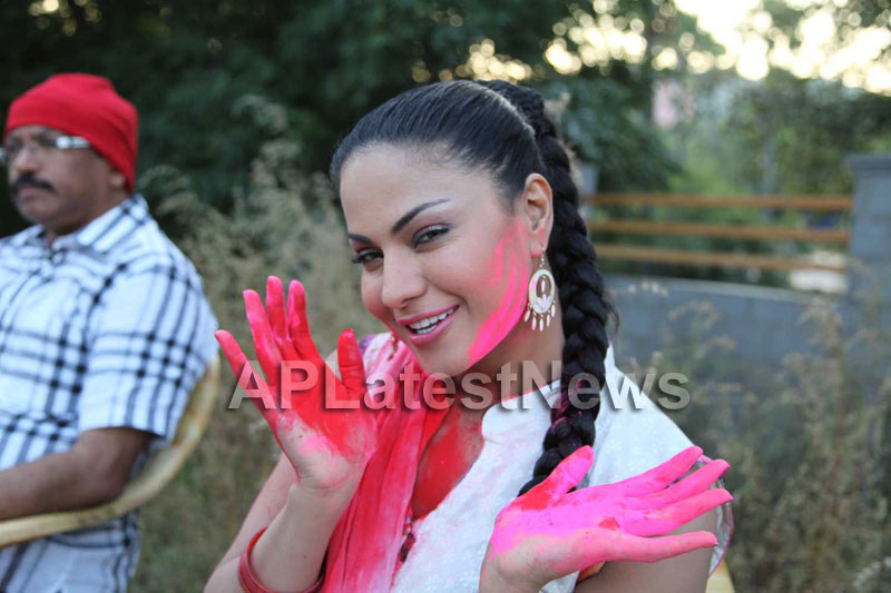 Veena Malik in the colour of Holi - Picture 17