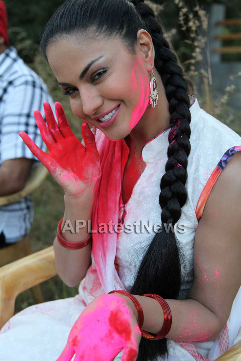 Veena Malik in the colour of Holi - Picture 9
