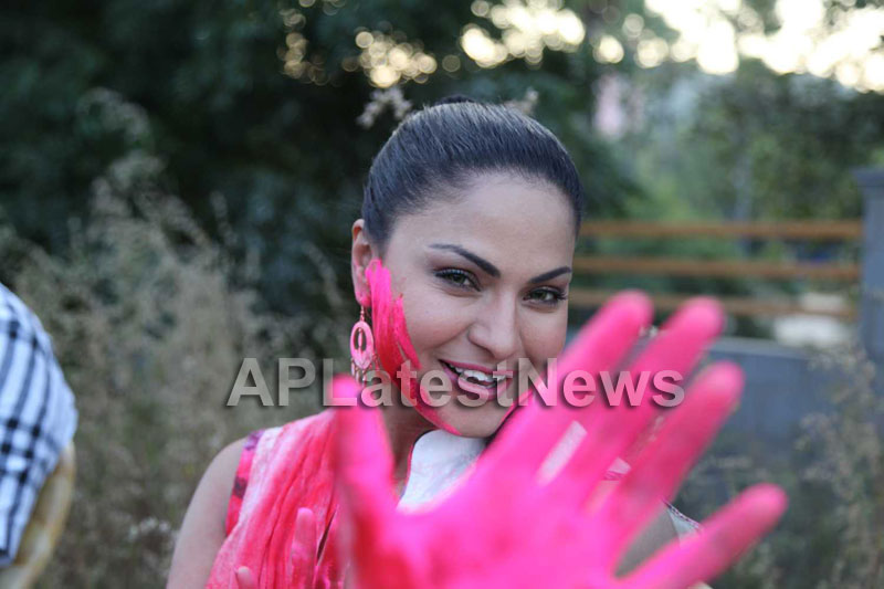 Veena Malik in the colour of Holi - Picture 27
