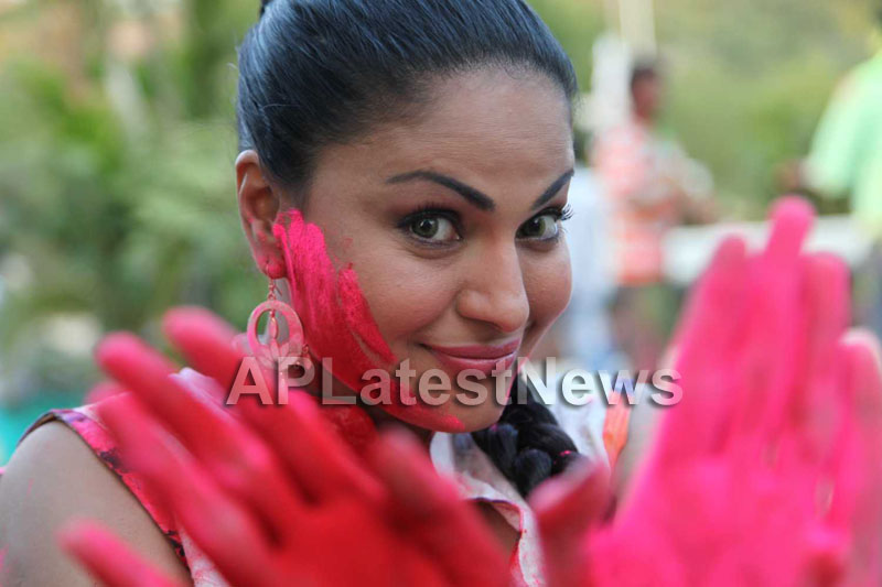 Veena Malik in the colour of Holi - Picture 2