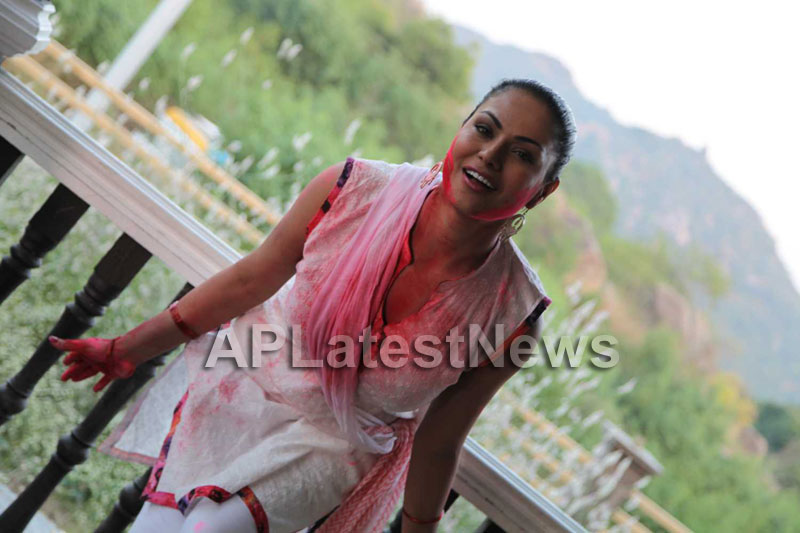 Veena Malik in the colour of Holi - Picture 1