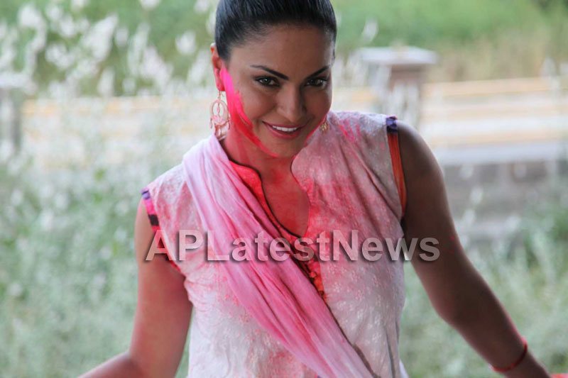 Veena Malik in the colour of Holi - Picture 25