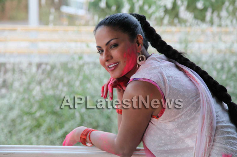 Veena Malik in the colour of Holi - Picture 15