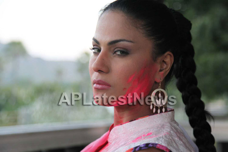 Veena Malik in the colour of Holi - Picture 8