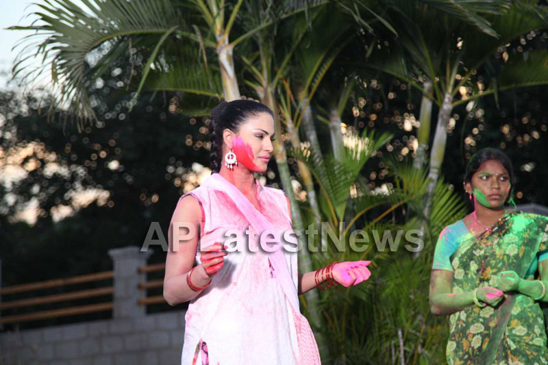 Veena Malik in the colour of Holi - Picture 20