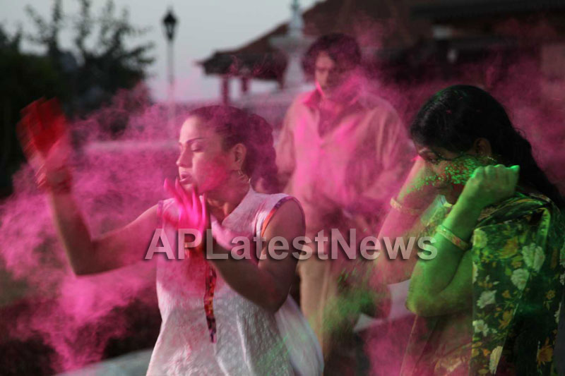Veena Malik in the colour of Holi - Picture 19