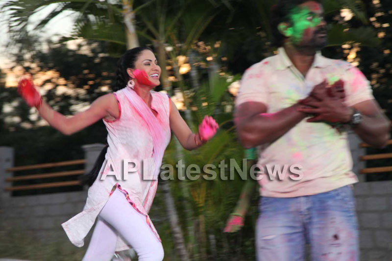 Veena Malik in the colour of Holi - Picture 5