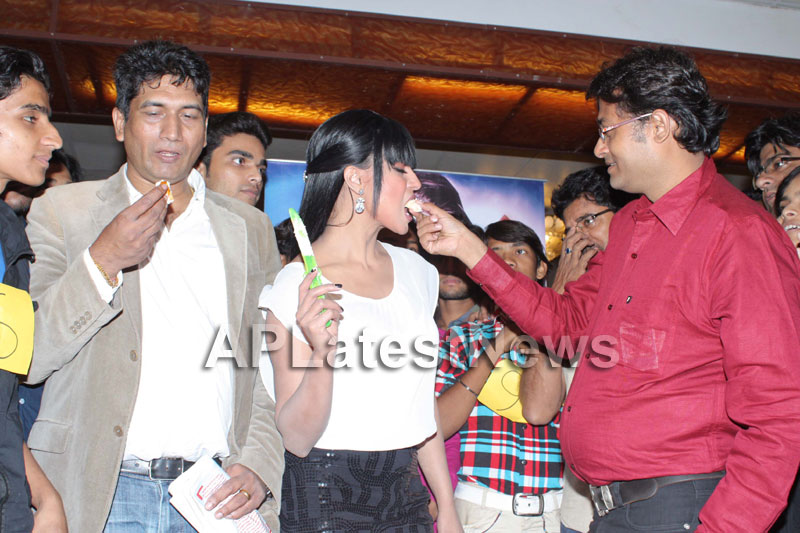 Veena Malik attempt to Breaks Salman Khan Kissing Guinness World Record - Picture 7