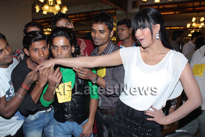 Veena Malik attempt to Breaks Salman Khan Kissing Guinness World Record - Picture 4