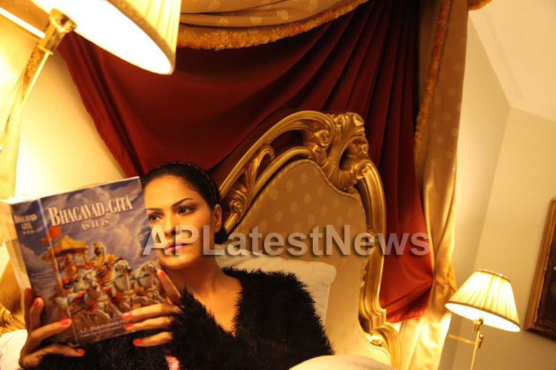 Veena Malik Follows Bhagavad Gita - Picture 16