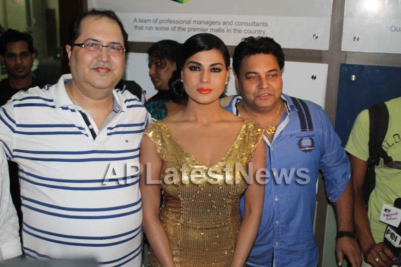 Veena Malik at Supermodel movie premiere, Fun Republic, Mumbai - Picture 3
