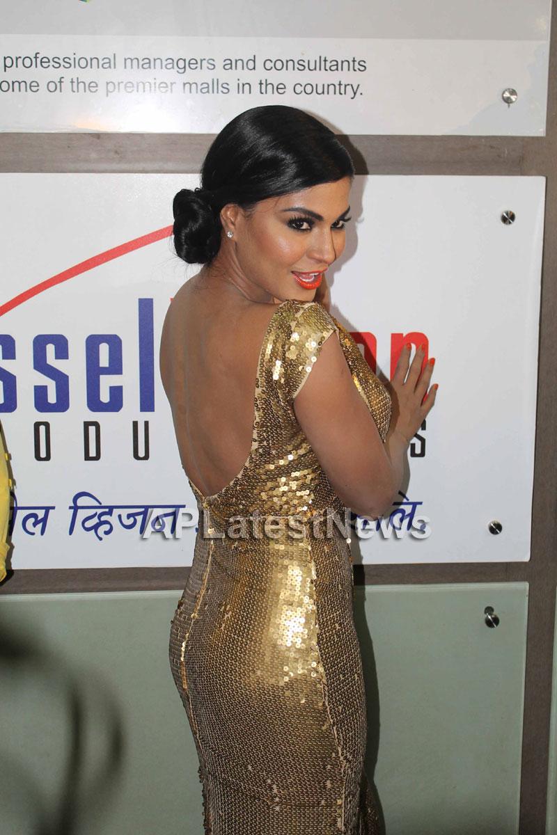 Veena Malik at Supermodel movie premiere, Fun Republic, Mumbai - Picture 21