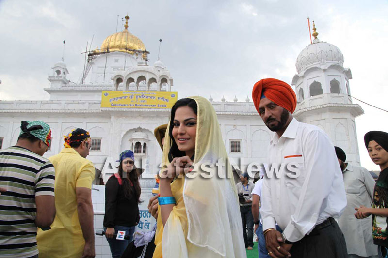 Veena Malik at Holy shrine of Gurudwara - Picture 12
