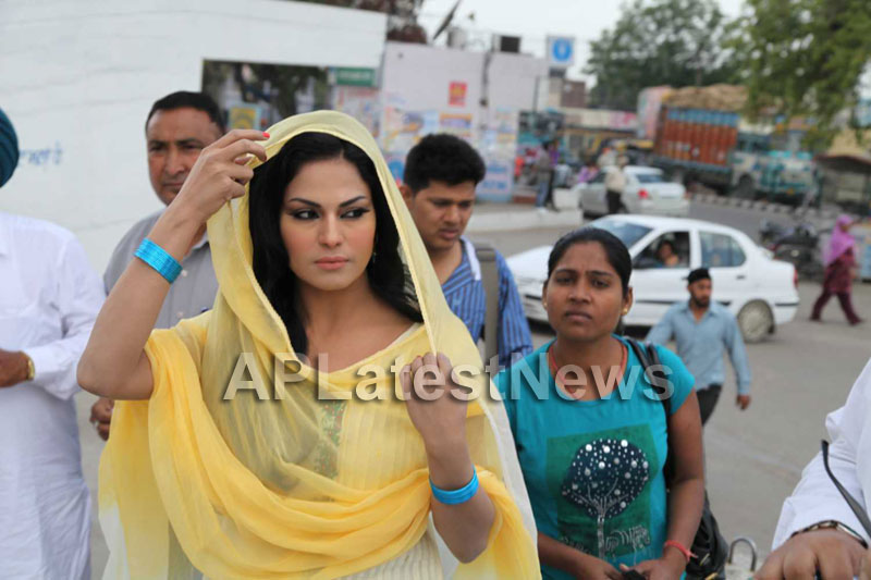 Veena Malik at Holy shrine of Gurudwara - Picture 6