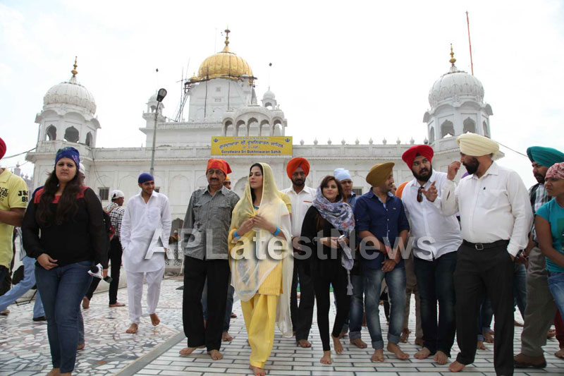 Veena Malik at Holy shrine of Gurudwara - Picture 28