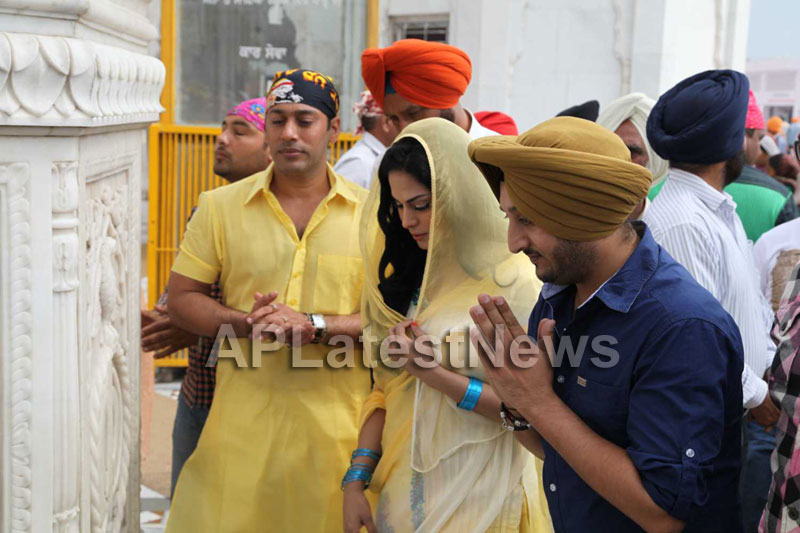 Veena Malik at Holy shrine of Gurudwara - Picture 3