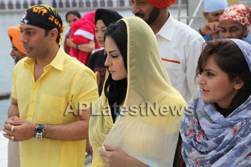 Veena Malik at Holy shrine of Gurudwara - Picture 22