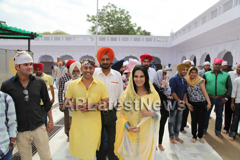 Veena Malik at Holy shrine of Gurudwara - Picture 18