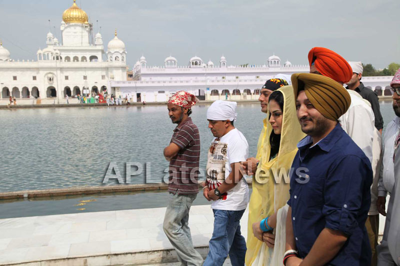 Veena Malik at Holy shrine of Gurudwara - Picture 23