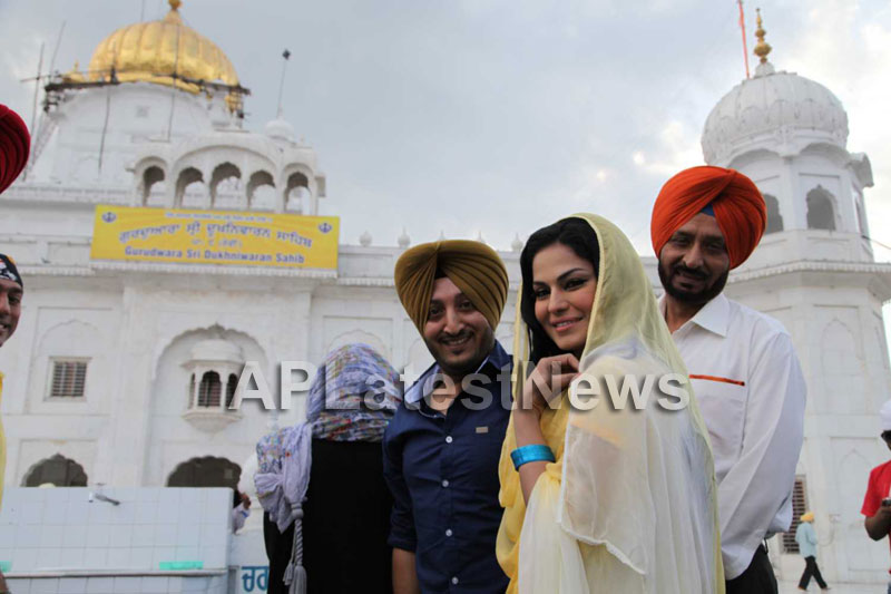 Veena Malik at Holy shrine of Gurudwara - Picture 29