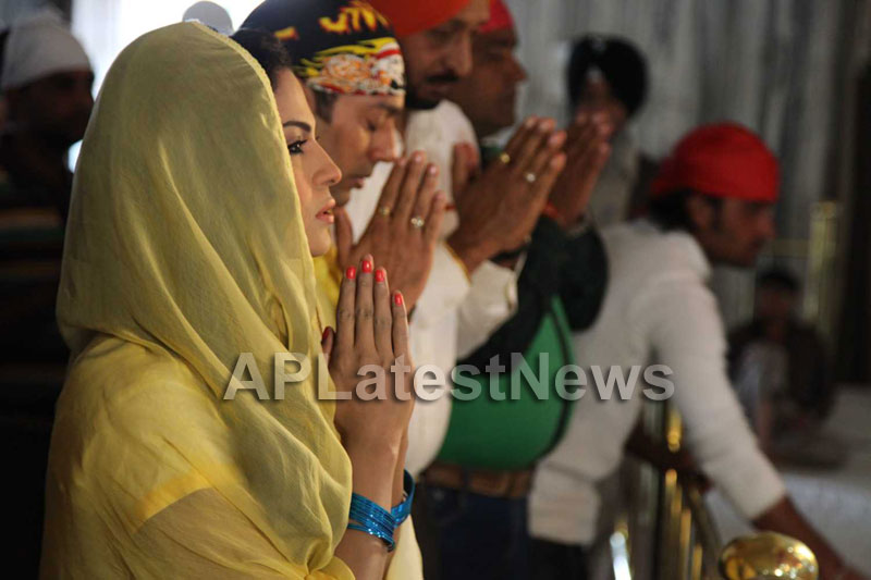 Veena Malik at Holy shrine of Gurudwara - Picture 30