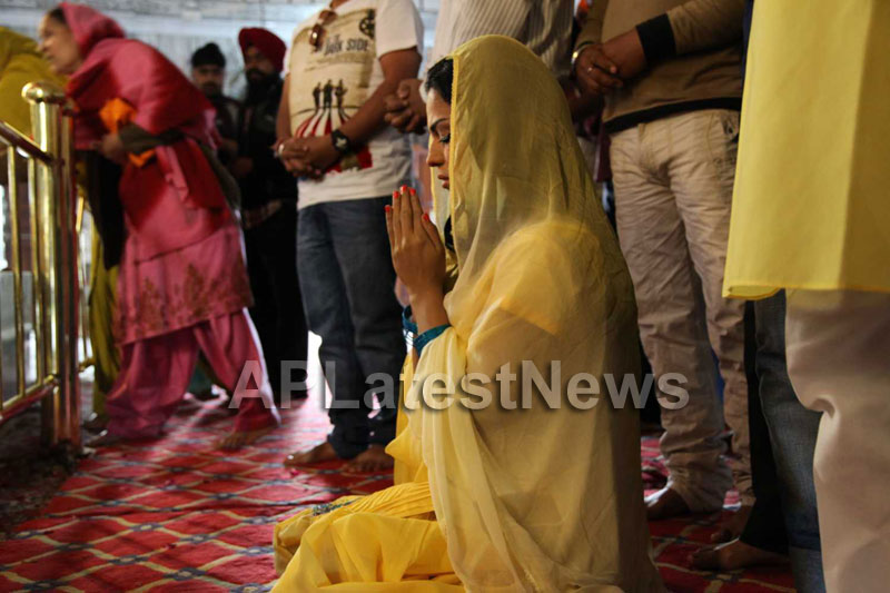 Veena Malik at Holy shrine of Gurudwara - Picture 8