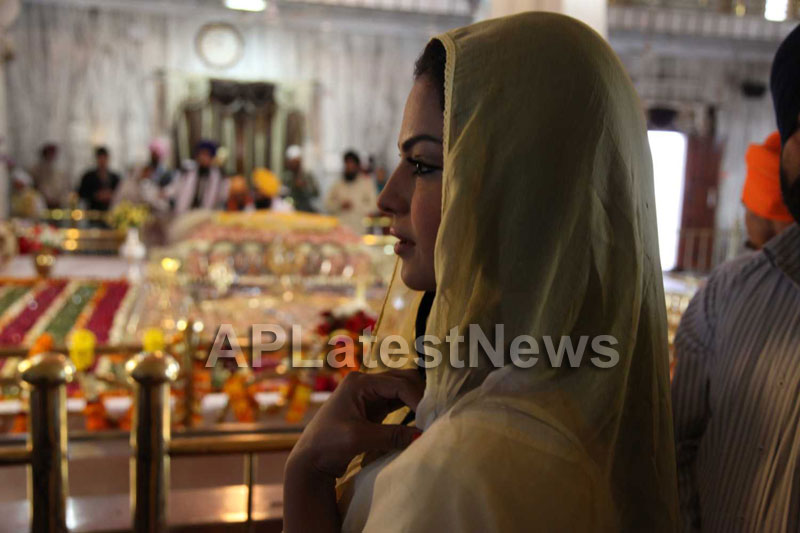 Veena Malik at Holy shrine of Gurudwara - Picture 9