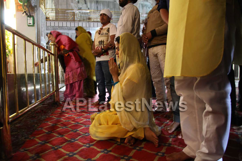 Veena Malik at Holy shrine of Gurudwara - Picture 16