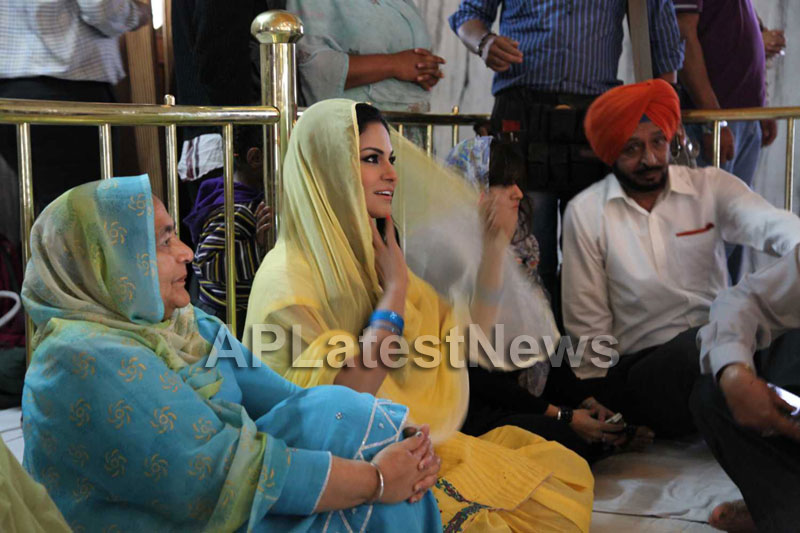 Veena Malik at Holy shrine of Gurudwara - Picture 7