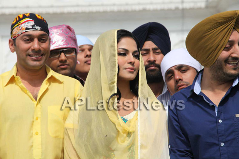 Veena Malik at Holy shrine of Gurudwara - Picture 27