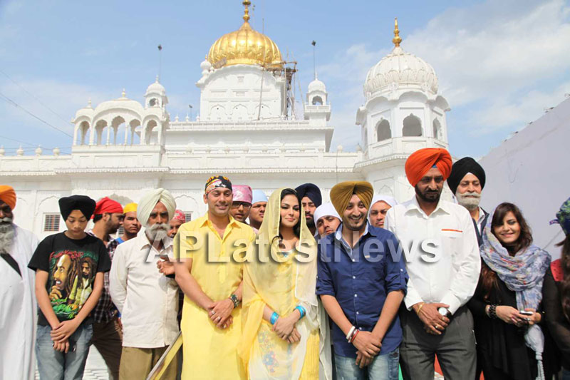 Veena Malik at Holy shrine of Gurudwara - Picture 13