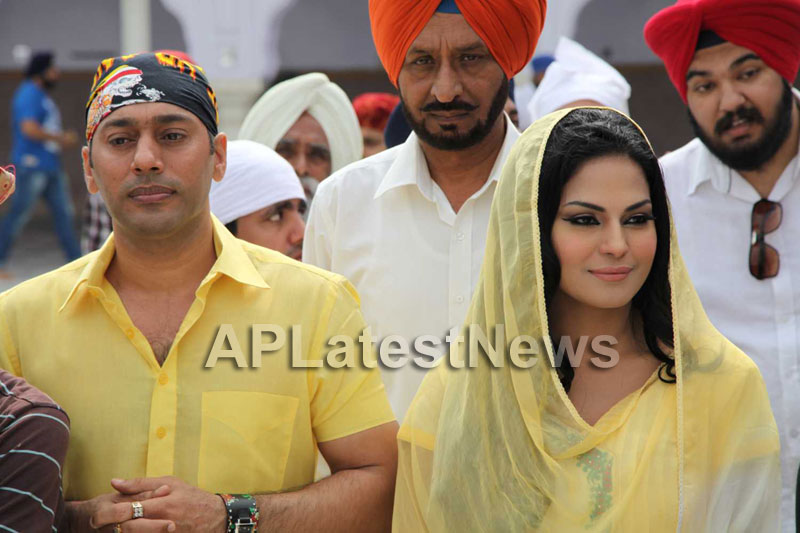 Veena Malik at Holy shrine of Gurudwara - Picture 19