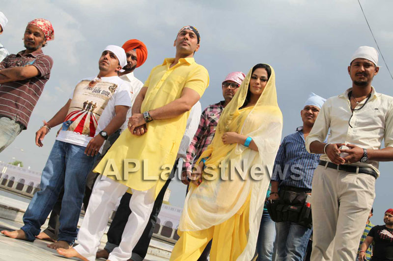 Veena Malik at Holy shrine of Gurudwara - Picture 4