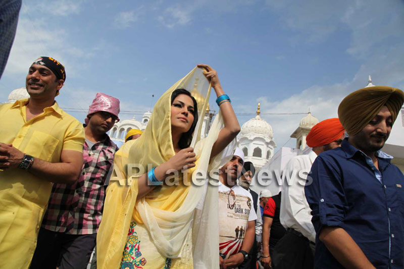 Veena Malik at Holy shrine of Gurudwara - Picture 14