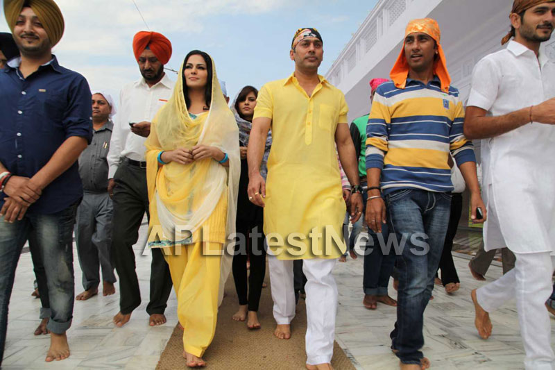 Veena Malik at Holy shrine of Gurudwara - Picture 2