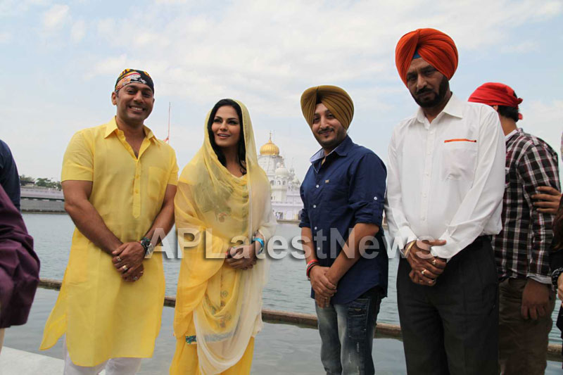 Veena Malik at Holy shrine of Gurudwara - Picture 21
