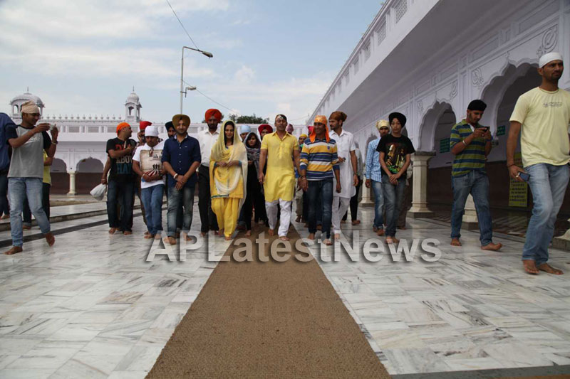 Veena Malik at Holy shrine of Gurudwara - Picture 1